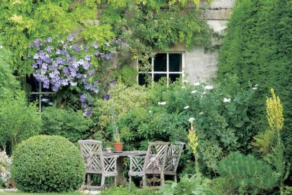 Sitzgruppe in romantischem Garten