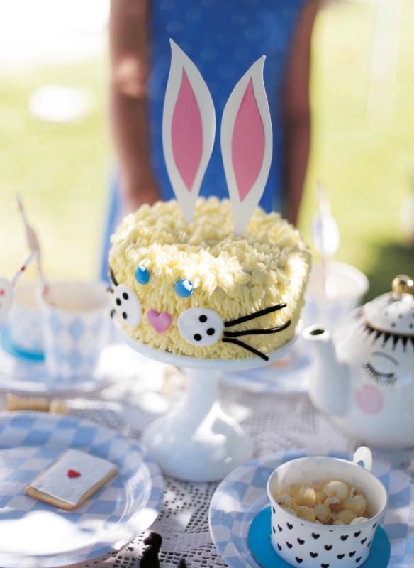 Alice im Wunderland  weißer Kaninchenkuchen Kinderparty  Geburtstagstorte Sommerfest