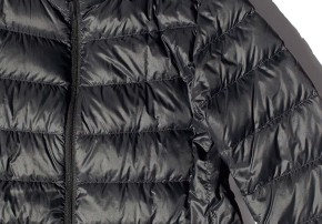 Mit einer Daunenjacke kommt frau stilvoll durch den Winter.