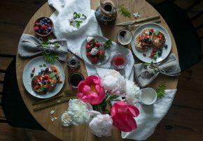 valentinstag-brunch-zeit-zu-zweit-dekoidee-tisch