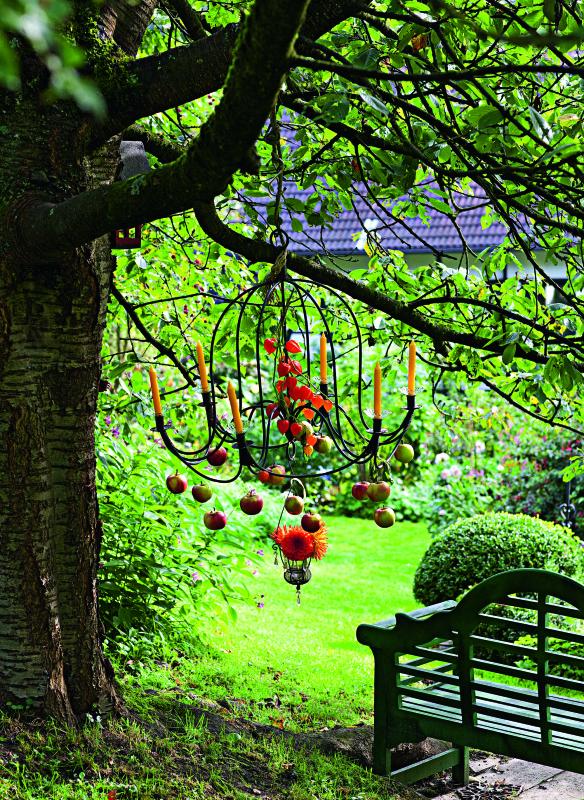 Erntedank-Deko in einem Baum Gartenbuch