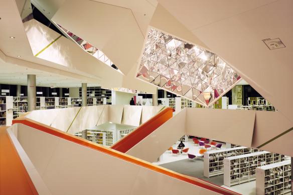Stadtbibliothek Augsburg 1. OG Treppenhaus mit Lichttrompeten bei Nacht