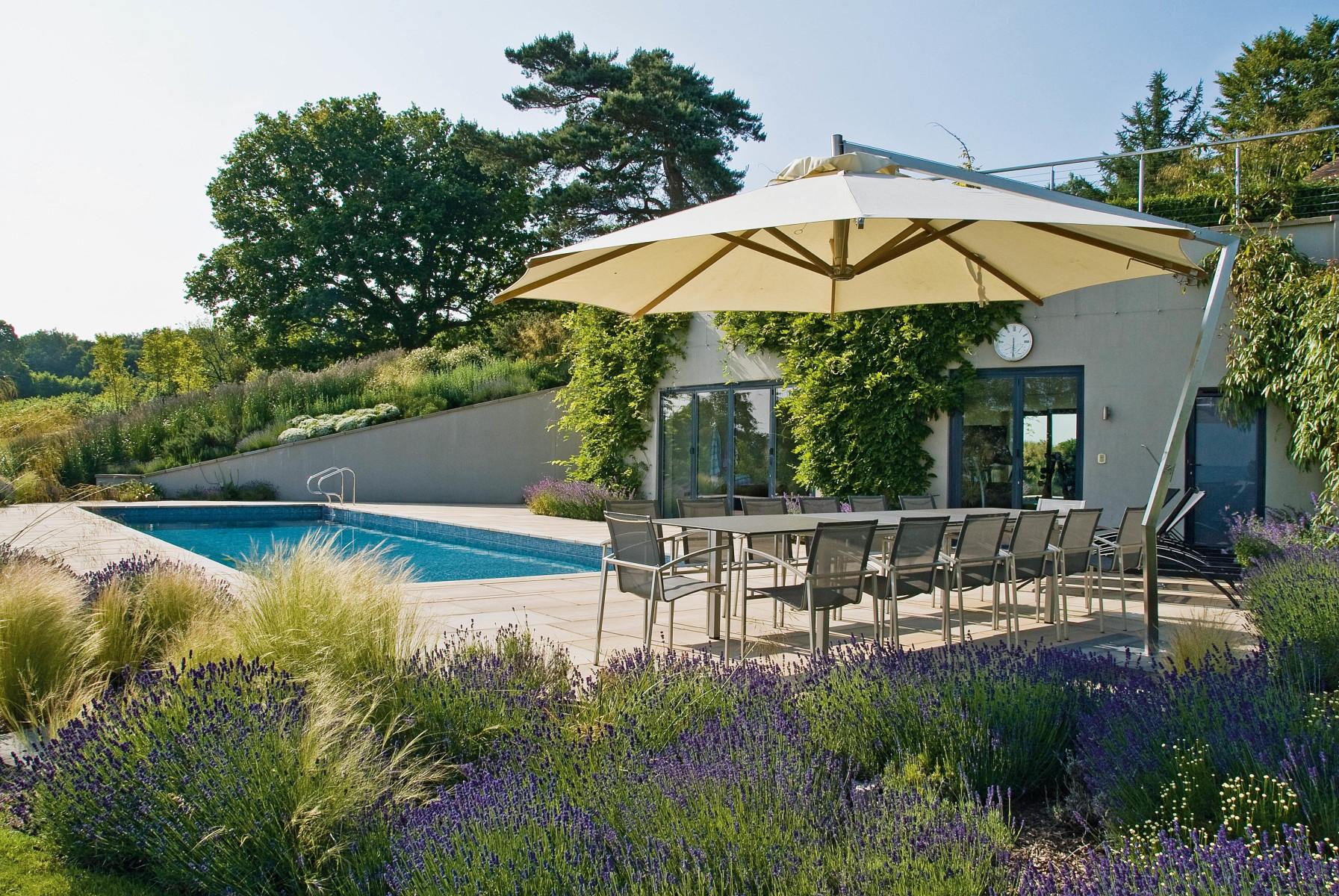 gartendesign mit pool villengarten mit pool im. Black Bedroom Furniture Sets. Home Design Ideas