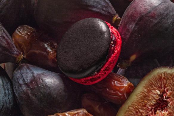 Feige-Dattel-Macaron mit roter Sohle