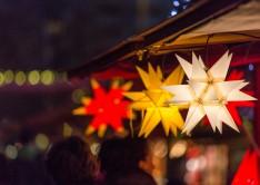 Weihnachtsdekoration auf einem Weihnachtsmarkt