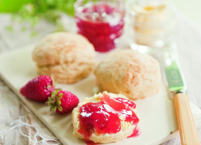 Scones mit Clotted Cream Rezept | Englisches Teegebäck | Romantische Gartenreisen durch England | Anja Birne | Callwey
