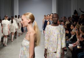 Models laufen Runwayshow für Allude