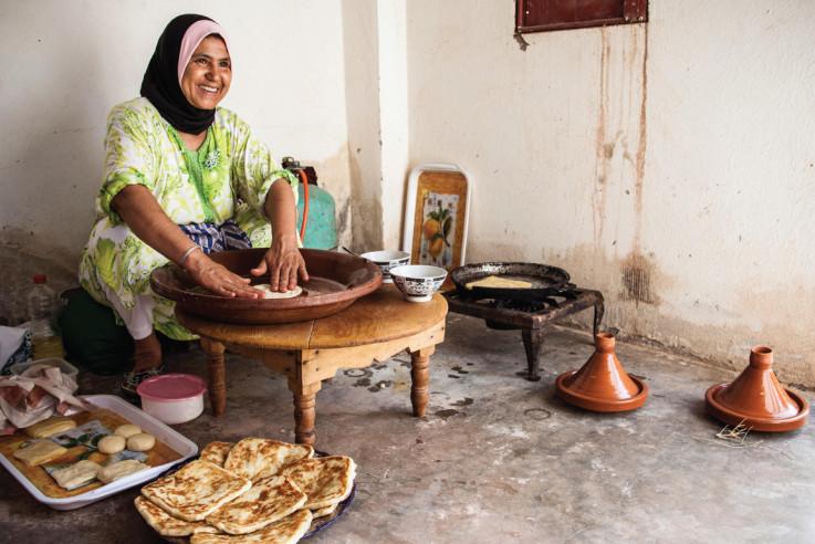 Eine marokkanische Bäuerin beim Zubereiten von Rghaif (marokkanische Crêpes).
