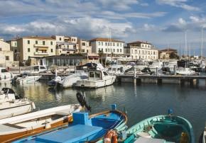 Fischerboote im idyllischen Hafen von San Vincenzo.