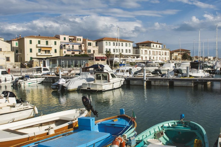 Fischerboote im idyllischen Hafen von San Vincenzo. Toskana Kochbuch - Italienische Rezepte