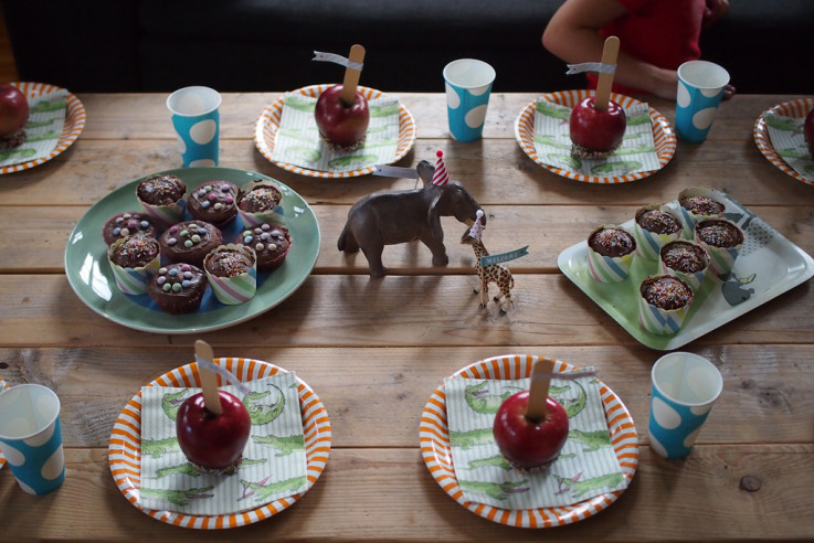 Kindergeburtstag Motto Zirkus Tischdecke Schokoäpfel selber machen