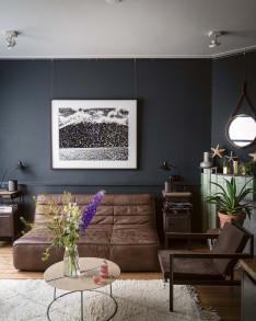 Stilvoll wohnen mit Farbe Farbratgeber  Couch Leder dunkelgrau