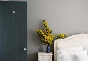 Stilvoll wohnen mit Farbe Farbratgeber Schlafzimmer Tür lackiert dunkelgrün