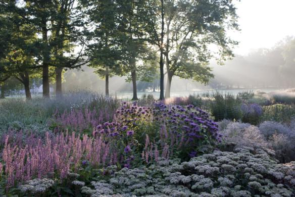 Romantische Gartenreisen Deutschland Gräflicher Park Bad Driburg Herbststauden im FrüŸhnebel