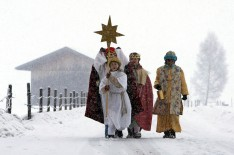 Sternsinger im Schnee Dreikönigstag Feiertag