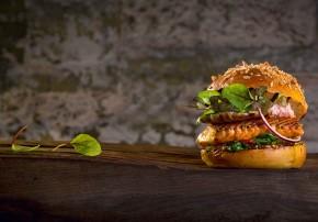 Burger mit Lachs und Erdnusssauce Burger Unser