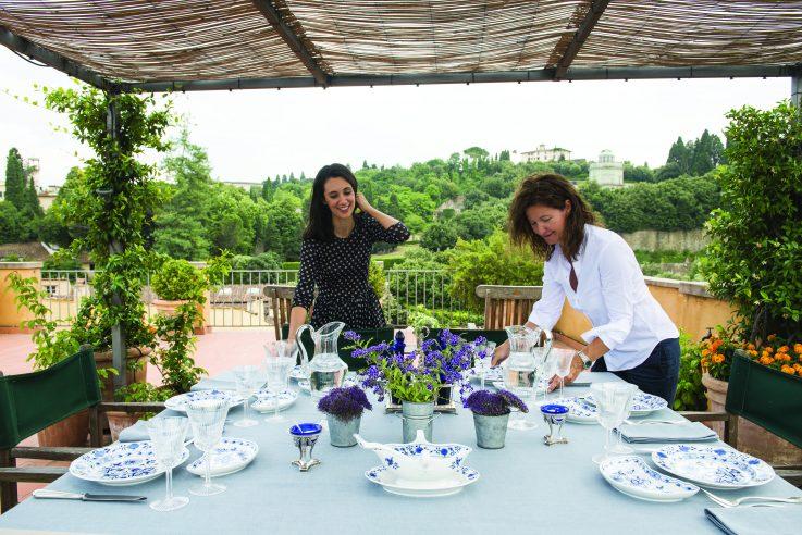 Die Autorin Csaba dalla Zorza beim Eindecken einer Gästetafel.