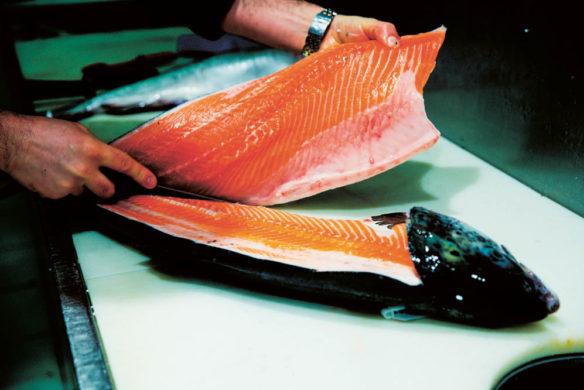 Messer Beim Vorbereiten eines Lachsfilets
