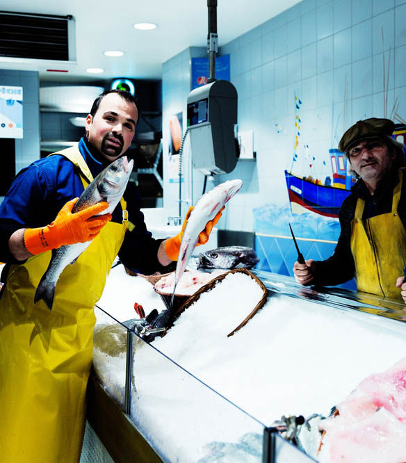 Messer Marius in der Poissonnerie de Monge, einem kleinen, familiengeführten Fischgeschäft in Paris
