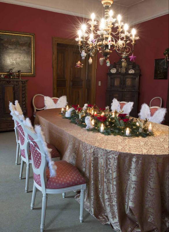 Grossartige Gastgeberinnen Einladen Gäste Callwey Weihnachten Kronleuchter Deko rot