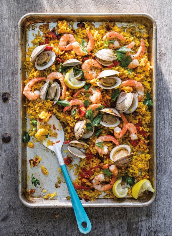Blechkochbuch Ofen-Paella mit Chorizo, Venusmuscheln und Garnelen