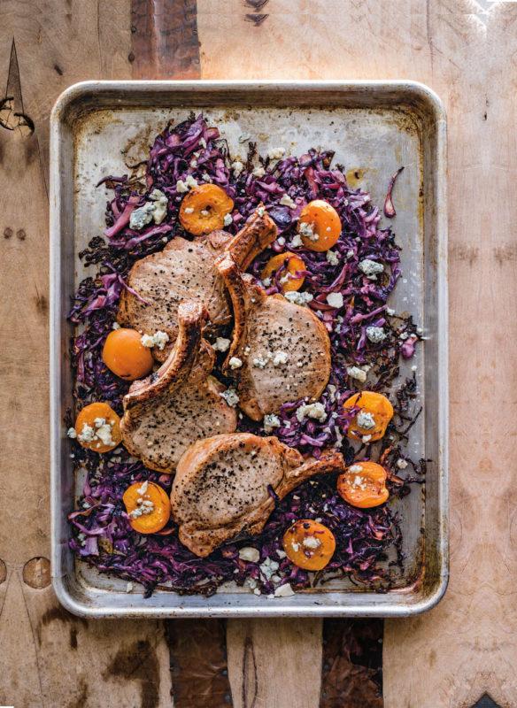 Blechkochbuch Schweinekoteletts mit Aprikosen, Rotkraut und Blauschimmelkäse