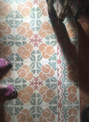 VIA historische Zementmosaikplatten Plattenmuster mit Orangen gesehen auf Mallorca