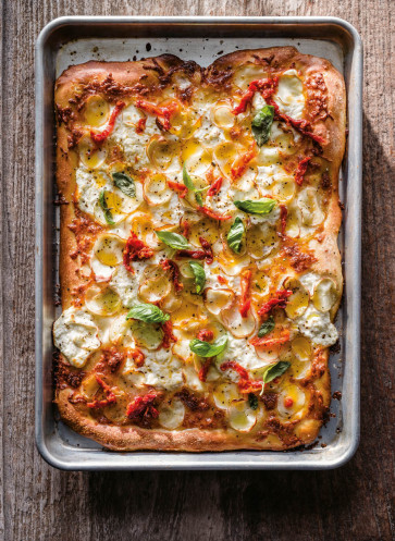 wei e pizza mit kartoffeln und getrockneten tomaten rezept callwey blechkochbuch. Black Bedroom Furniture Sets. Home Design Ideas