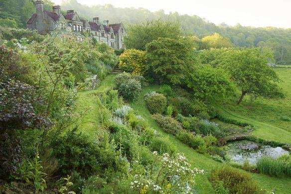 Garten am Hang mit Bäumen und Weier England 1051397WEB