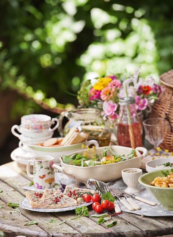 Deko Gartentisch mit Porzellan DSC9795WEB