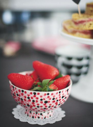 fräulein klein lädt ein muttertag rhabarber-streuselkuchen erdbeeren