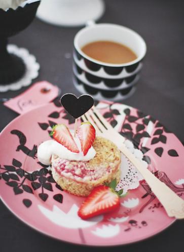 fräulein klein lädt ein muttertag rhabarber-streuselkuchen erdbeeren mit tasse