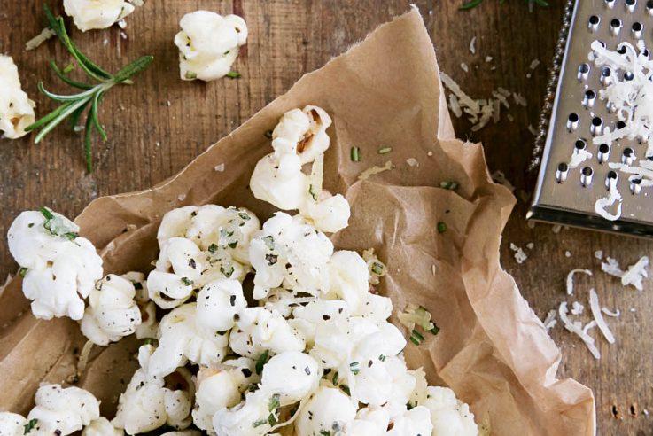 Salziges Popcorn mit Kräutern und Käse