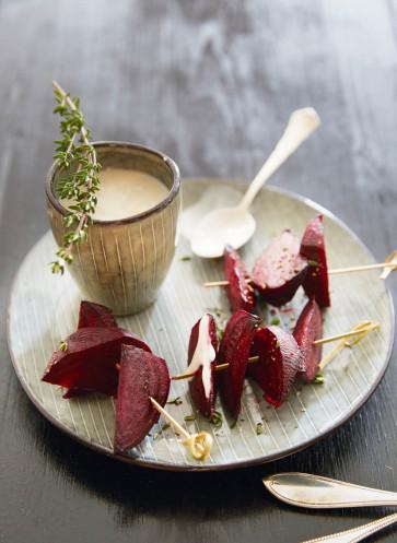 Rote-Bete-Spiesschen mit heller Sauce
