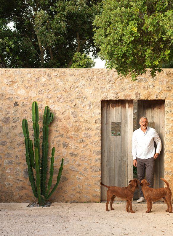 Mallorca_Mann mit Hunden