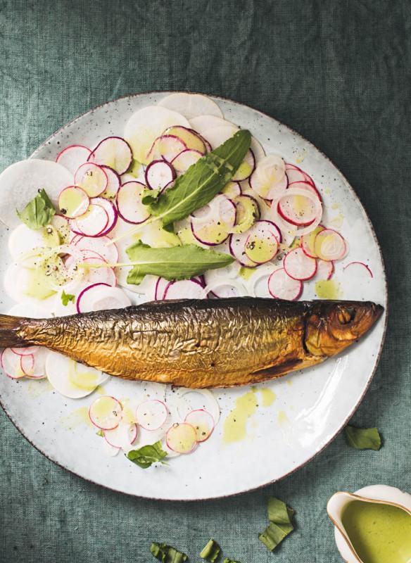 wilde wiese_Rettich-Radieschen Carpaccio mit Räucherfisch