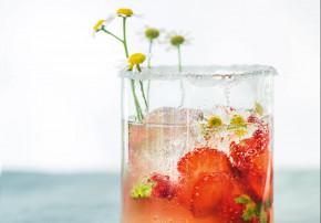 callwey-wilde wiese- kamillen-erdbeer-cocktail