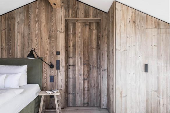 Schlafzimmer in Holz gekleidet