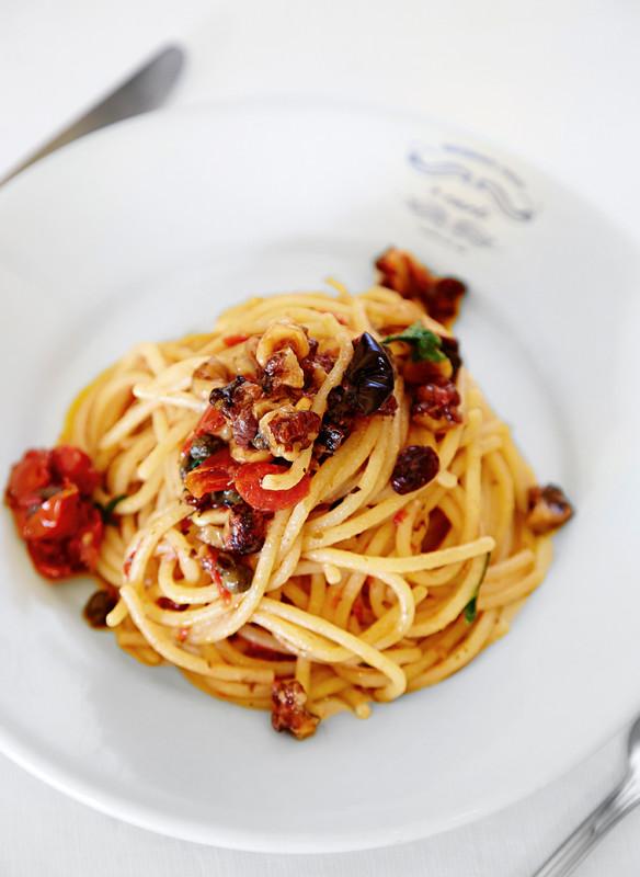 Ceriello Angela_'E Curti_Spaghetti mit Nüssen, Rosinen, Kapern und Oliven