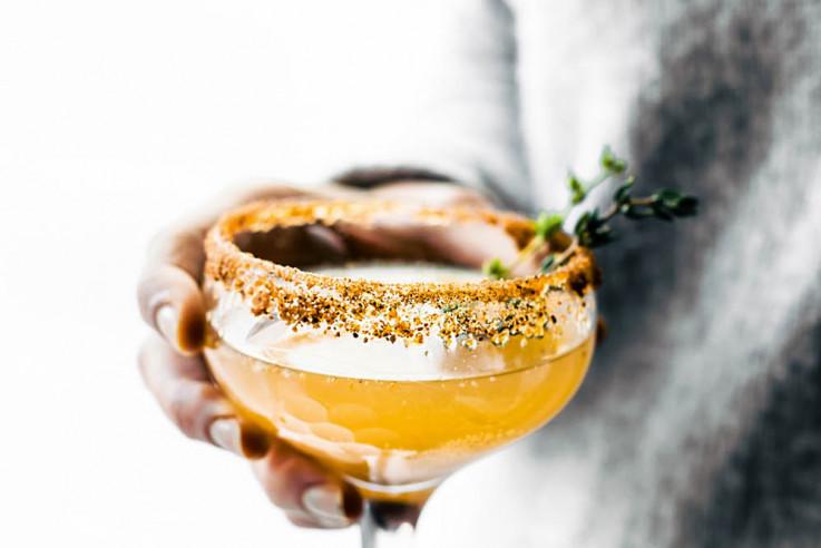 callwey-weihnachten-in-den-bergen-bratbirnen-cocktail-lindsay-cotter