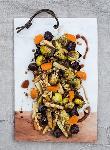 callwey-nur-salat-dezember-salat-aus-geroestetem-rosenkohl-esskastanien-und-pastinake-mit-mandarine
