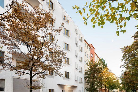 Fassade-geoeffnete-Klapplaeden-Wohnhaus-Eisberg-rundzwei-Architekten-Berlin-Foto-Gui-Rebelo-WHS66_137WEB