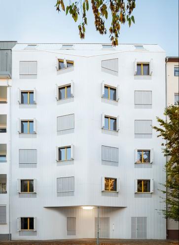 Fassade-geoeffnete-Klapplaeden-Wohnhaus-Eisberg-rundzwei-Architekten-Berlin-Foto-Gui-Rebelo-WHS66_146_V2WEB